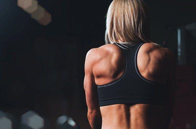 Styrketräning muskulösa axlar